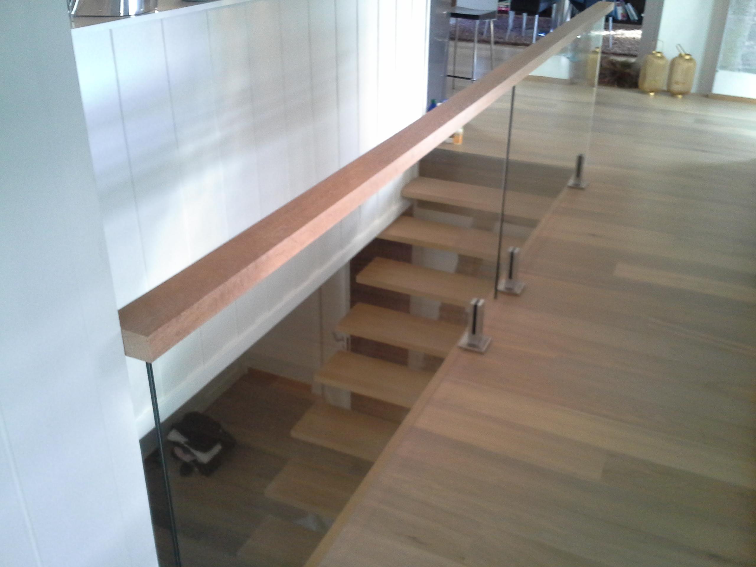 Bygget trapp, lagt nytt gulv, montert glassvegg, Holmenkollen