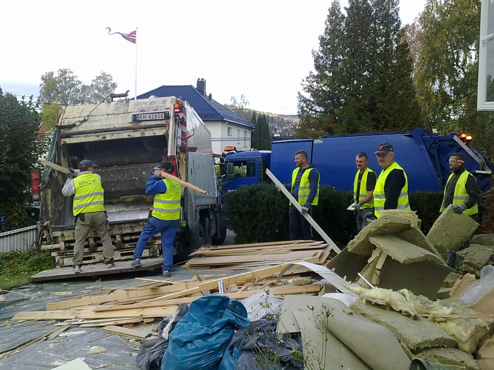renova-riving-her-laster-vi-inn-treverk-i-en-komprimatorbil-den-andre-i-bakgrunnen-tar-her-blandet-avfall