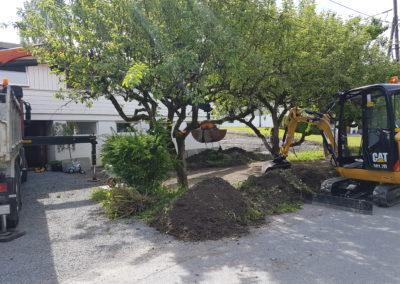 Bortkjøring av jord og steinmasser med vår kranbil med grabb og full oppbygging av ny hage med granittmurer, granittkansten, ny plen osv. Her sees også vår minste gravemaskin