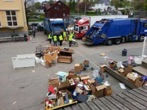 Skrotinnsamling. Renova kommer med komprimatorbil(er) og skapbil(er), og henter alt som er satt ut, enten det er 200 kg. eller 30 tonn.