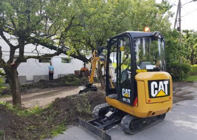 Vår minste gravemaskin. Denne kan vi løfte inn med vår kranbil. Den benyttes til hagearbeider flytting av masser osv.