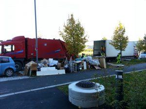 Renova, enklere enn containere. Beboerne bare setter skrot og innbo utenfor oppgangene. Så flytter vi bilene fra sted til sted og laster inn. På denne måten blir det kort for beboerne å bære ut, samtidig som vi får med alt i våre store komprimatorbiler, som tar 5-9 tonn pr. lass. Ved vår metode slipper man problemer med overfylte containere osv :-)