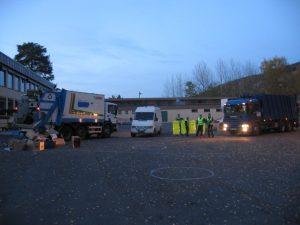 Loppemarked. Her har Renova møtt opp med komprimatorbiler og kassebil, for å hente restloppene på Bryn skole