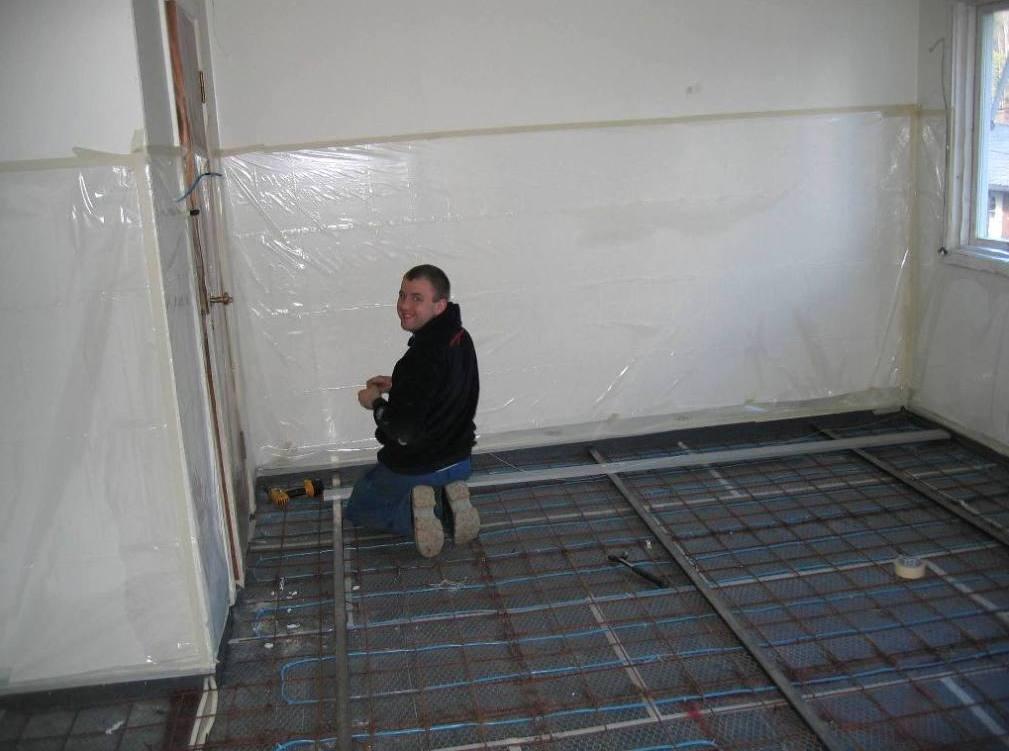 Renova - Håndverkere legger lirer før støping av gulv, sommer 2012