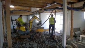 Renovaosloakershus. Gravemaskin til utgraving og pigging av gulv i kjeller